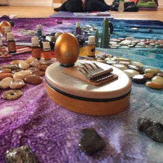 Klangei mit rundne Steinen