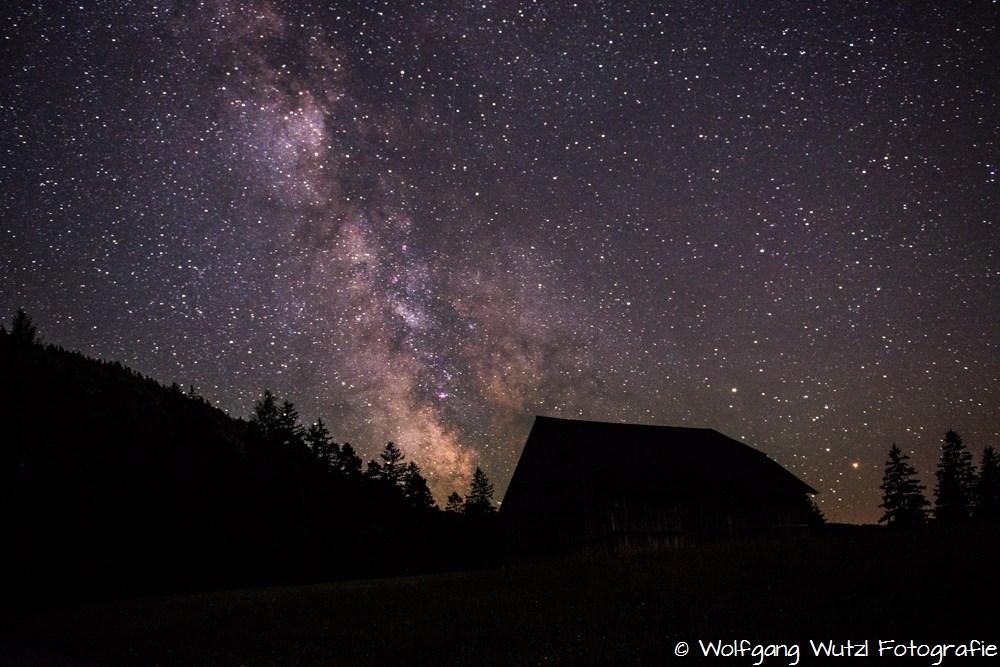Sternenhimmel mit Hütte am Horizont