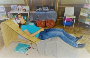 Entspannte Frau auf Flowing Vibes Klangliege