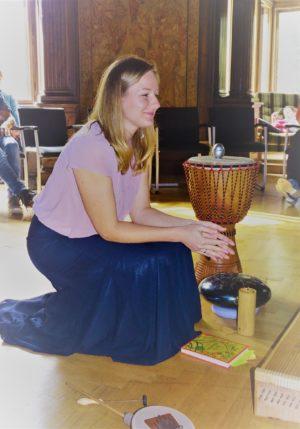 Lächelnde Frau mit Instrumenten