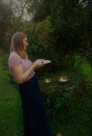 Frau mit Teller im Garten