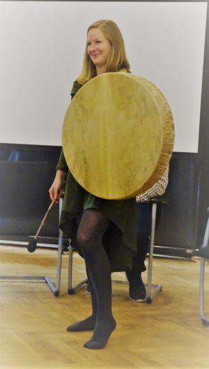 Monika Kefer mit großer Trommel
